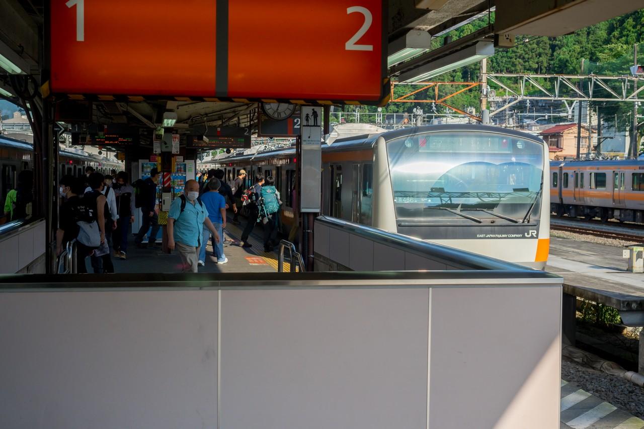 青梅駅に停車する奥多摩行きの電車