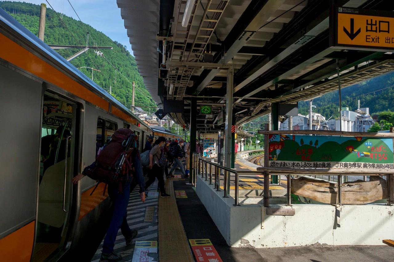多くの登山者で賑わう朝の奥多摩駅