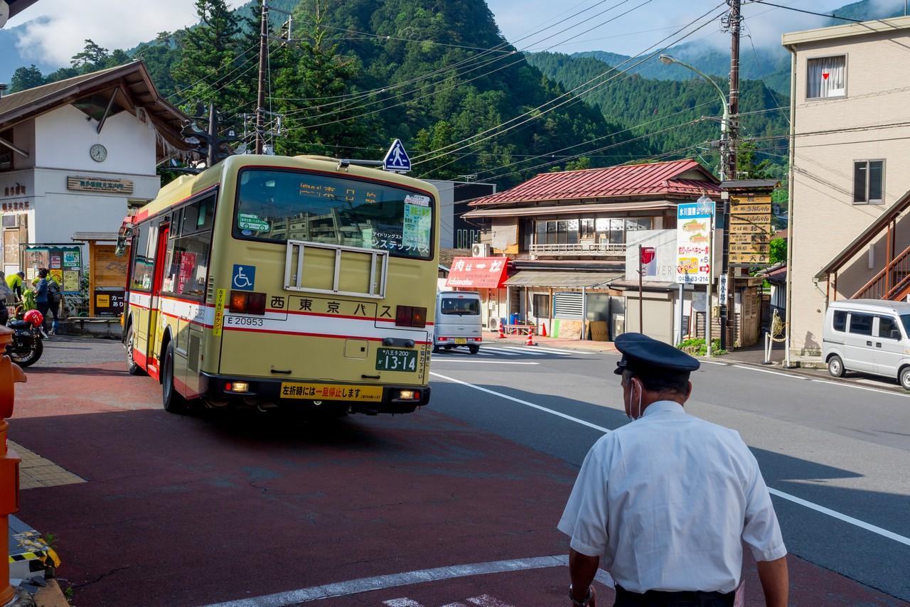 奥多摩駅前に停車する東日原行きのバス