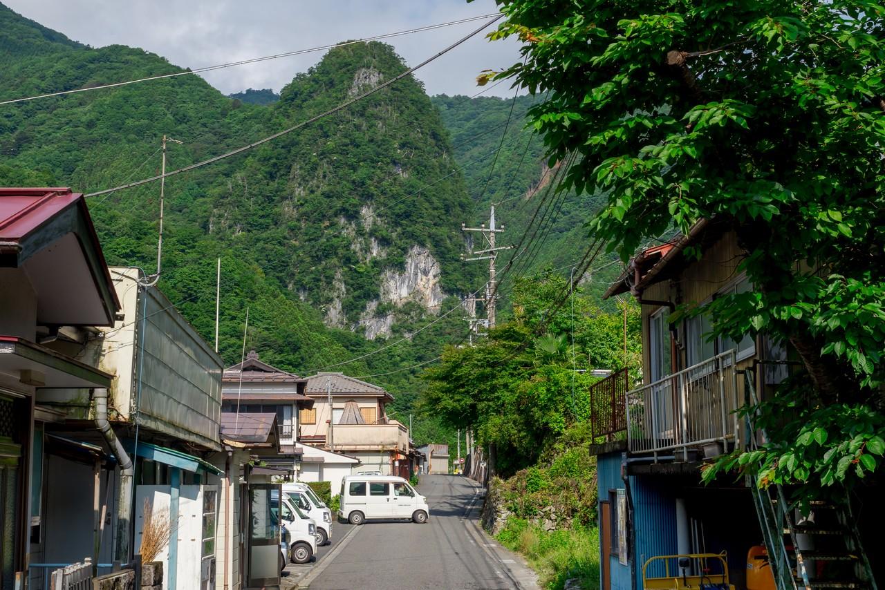 日原集落内から見た稲村岩