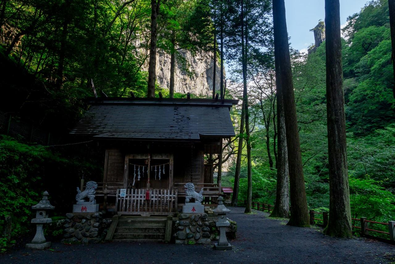 一石山神社と燕岩