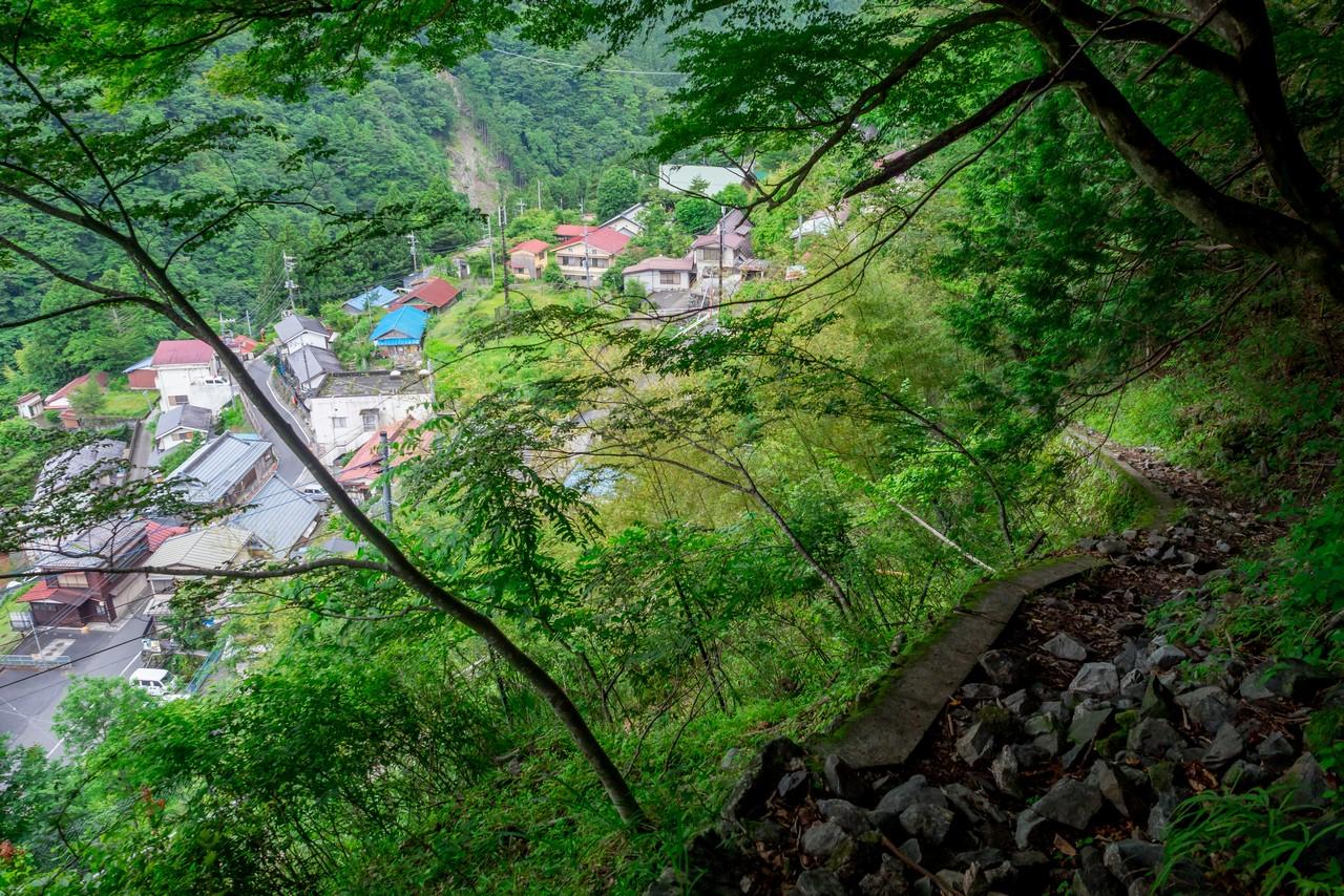 ヨコスズ尾根の登山道入り口から見た日原集落