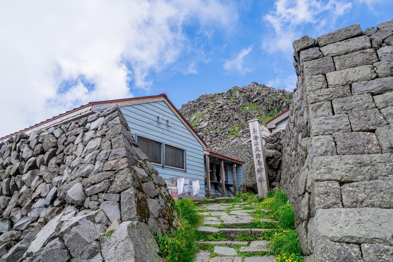 御室小屋と新山