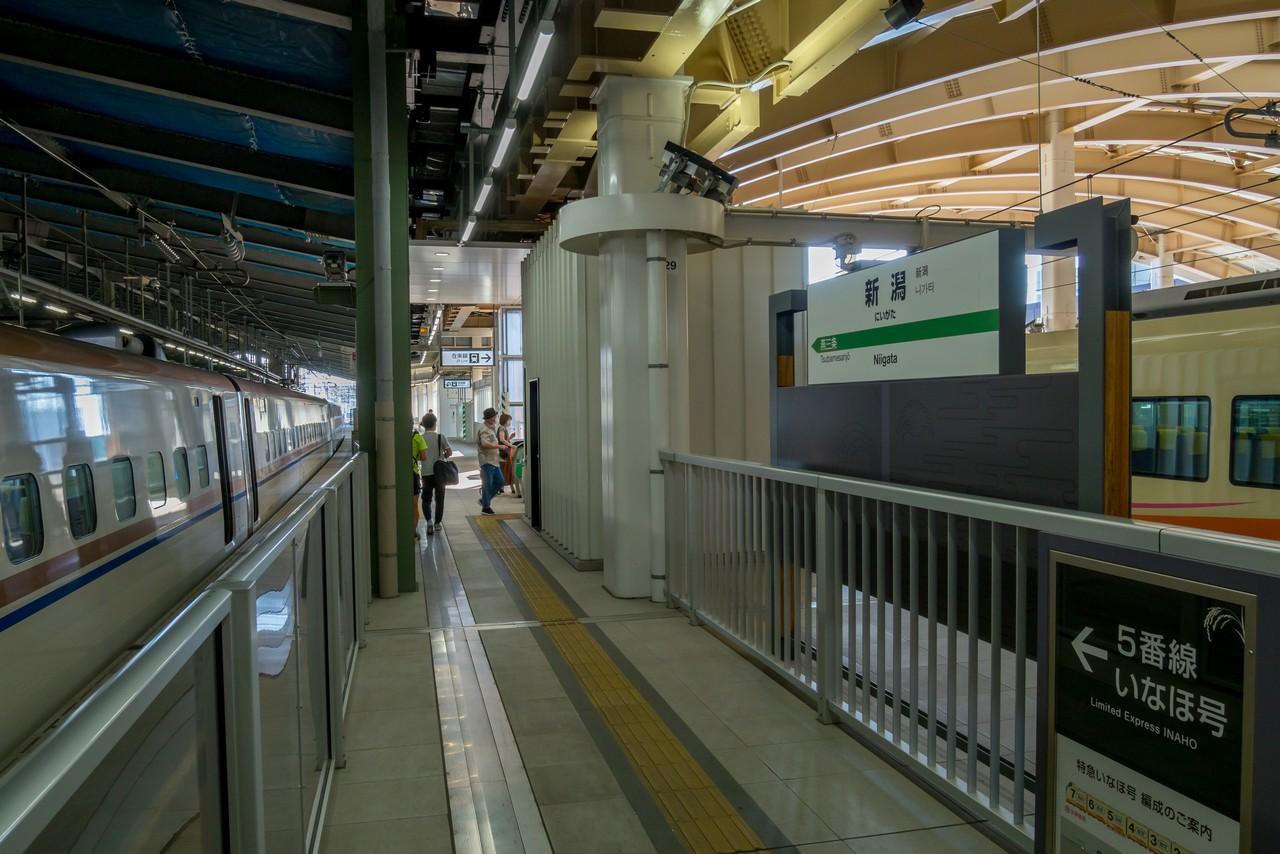 新潟駅の新幹線と在来線特急の乗り換えホーム