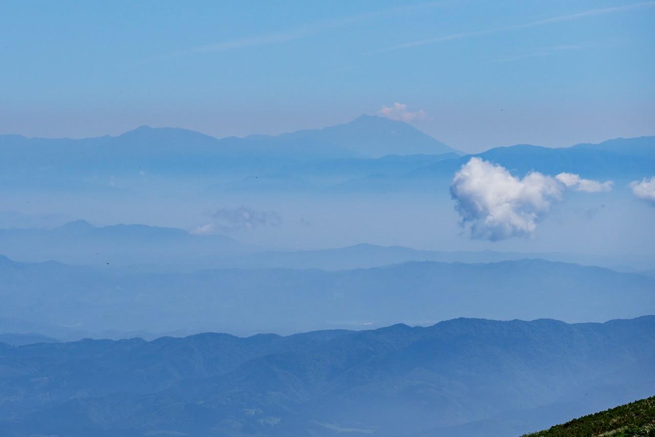 鳥海山から見た岩手山