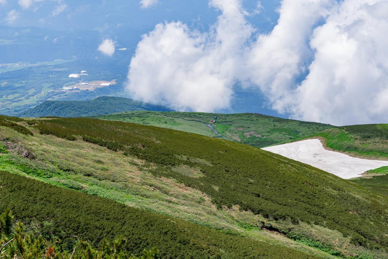 鳥海山 外輪山から見た滝ノ小屋