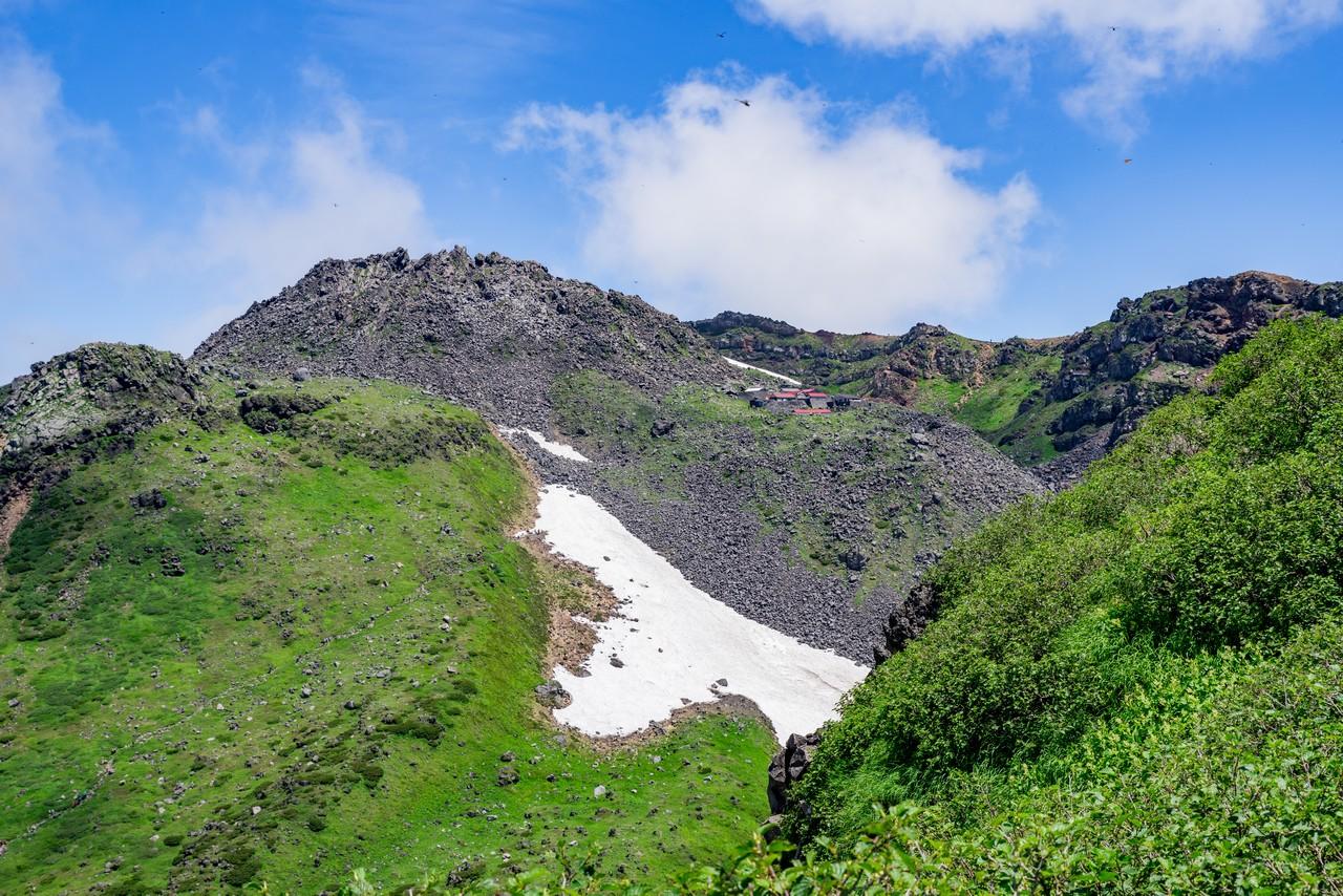 鳥海山 外輪山から見た新山と御室小屋