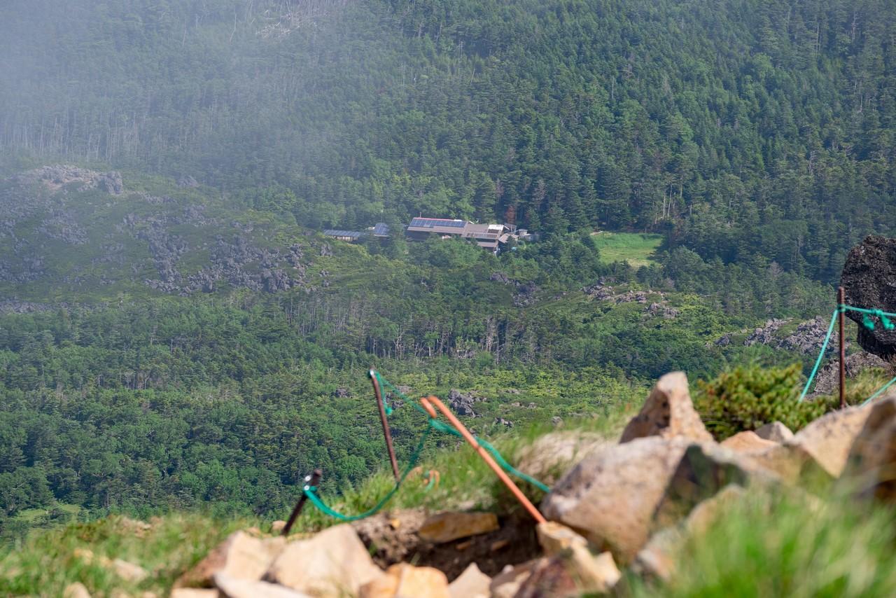 東天狗岳から見た黒百合ヒュッテ