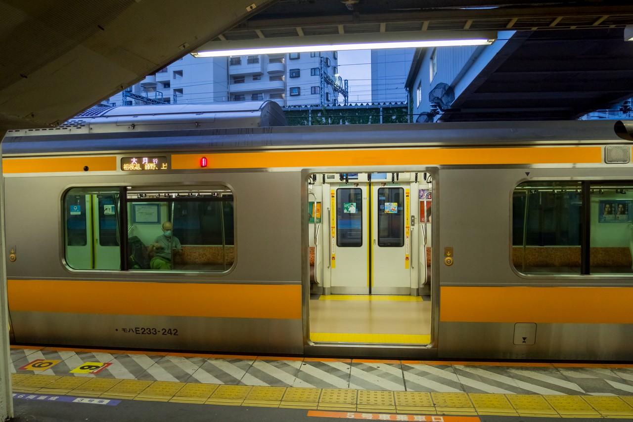 高尾駅のホームに停車する、大月行きの始発列車