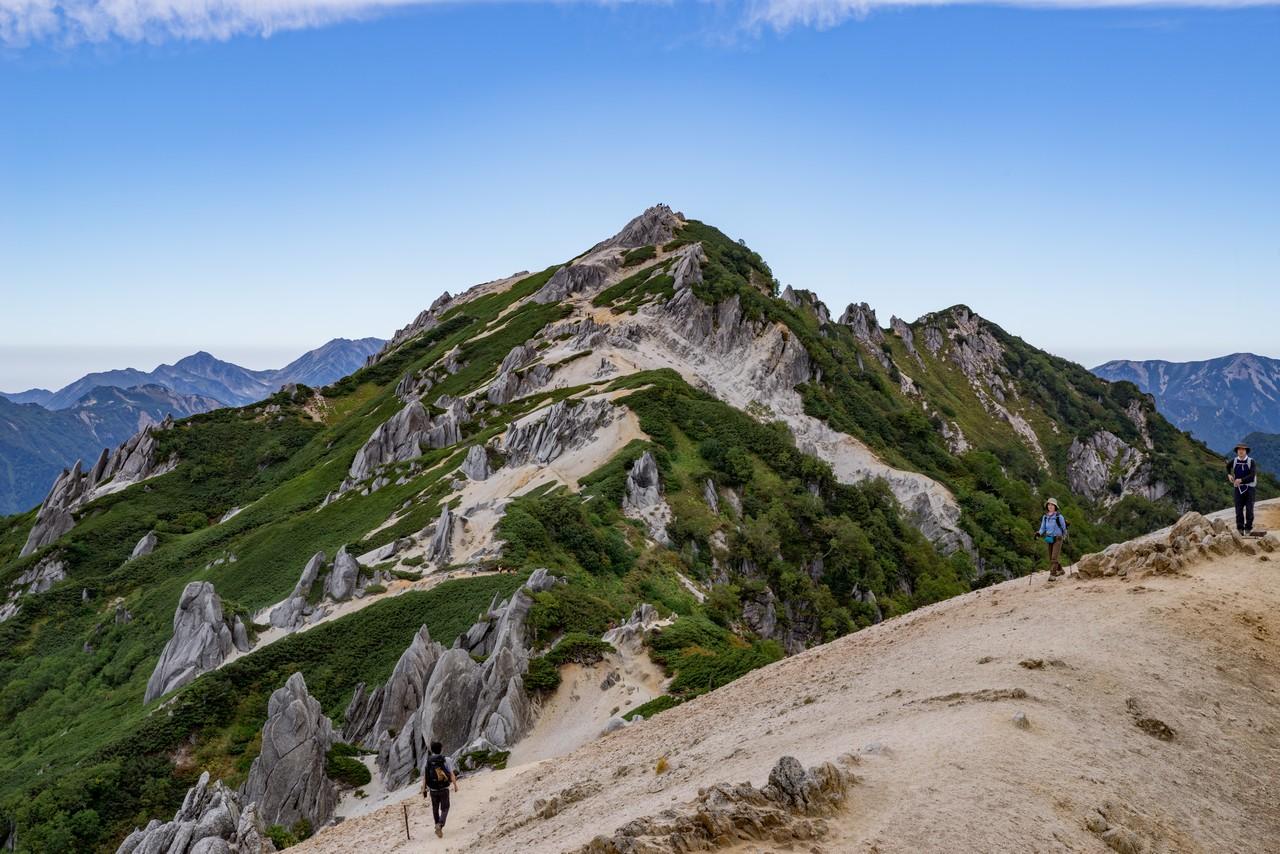 燕山荘前からみた燕岳