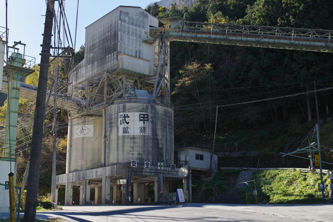 武甲山のセメント工場