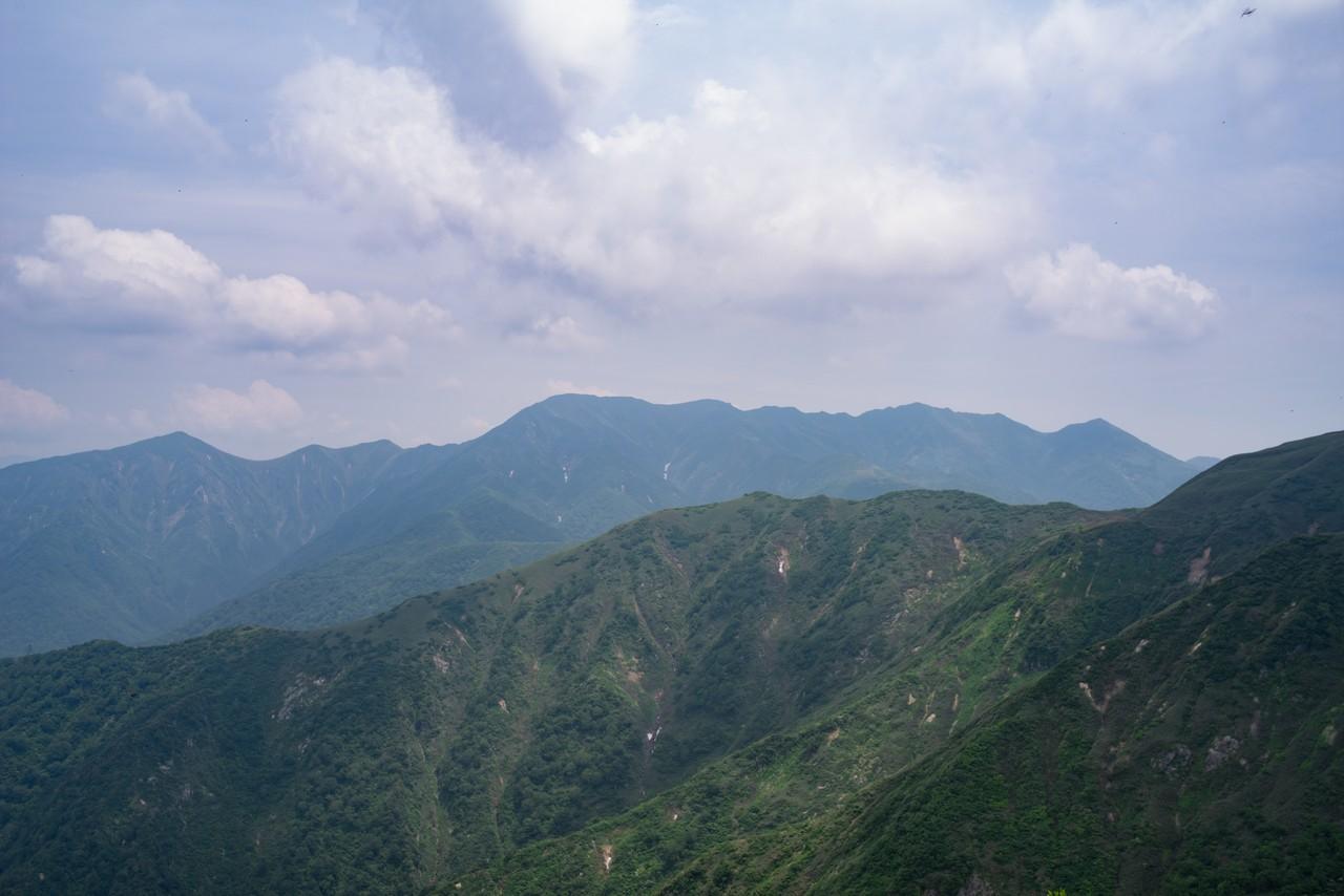 大源太山から見た朝日岳