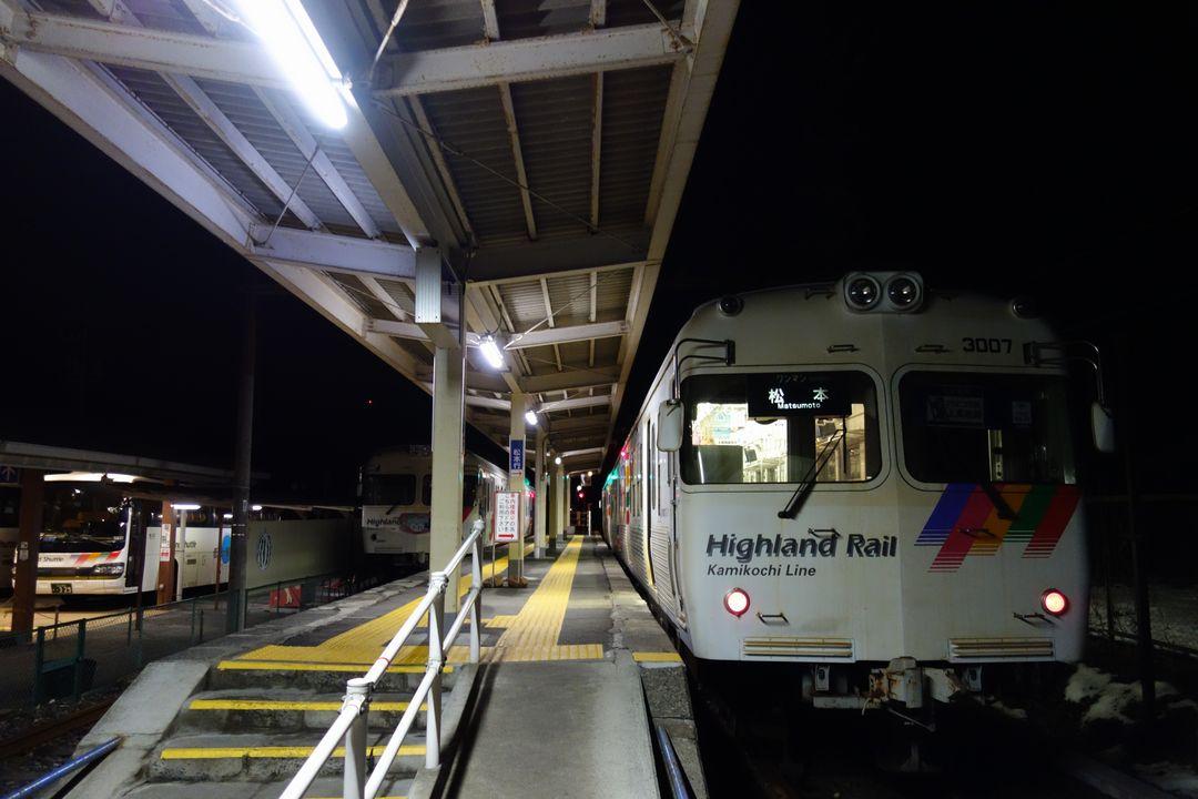 新島々駅のホームに停まる松本行きの電車