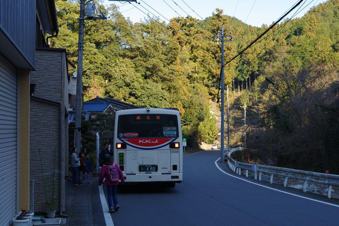 黒川三滝入り口の停留所に停車する越生行きのバス