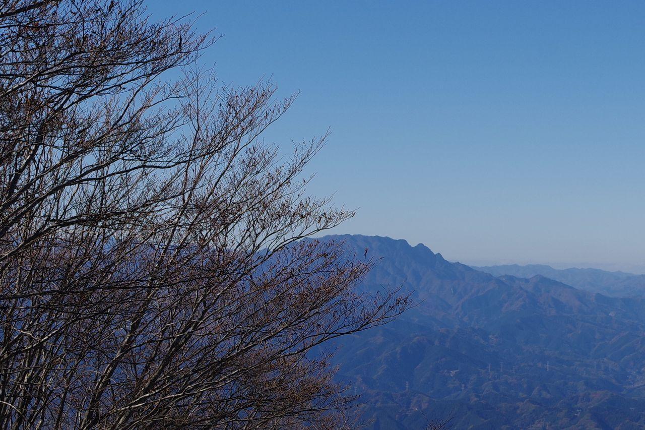 武甲山から見た両神山