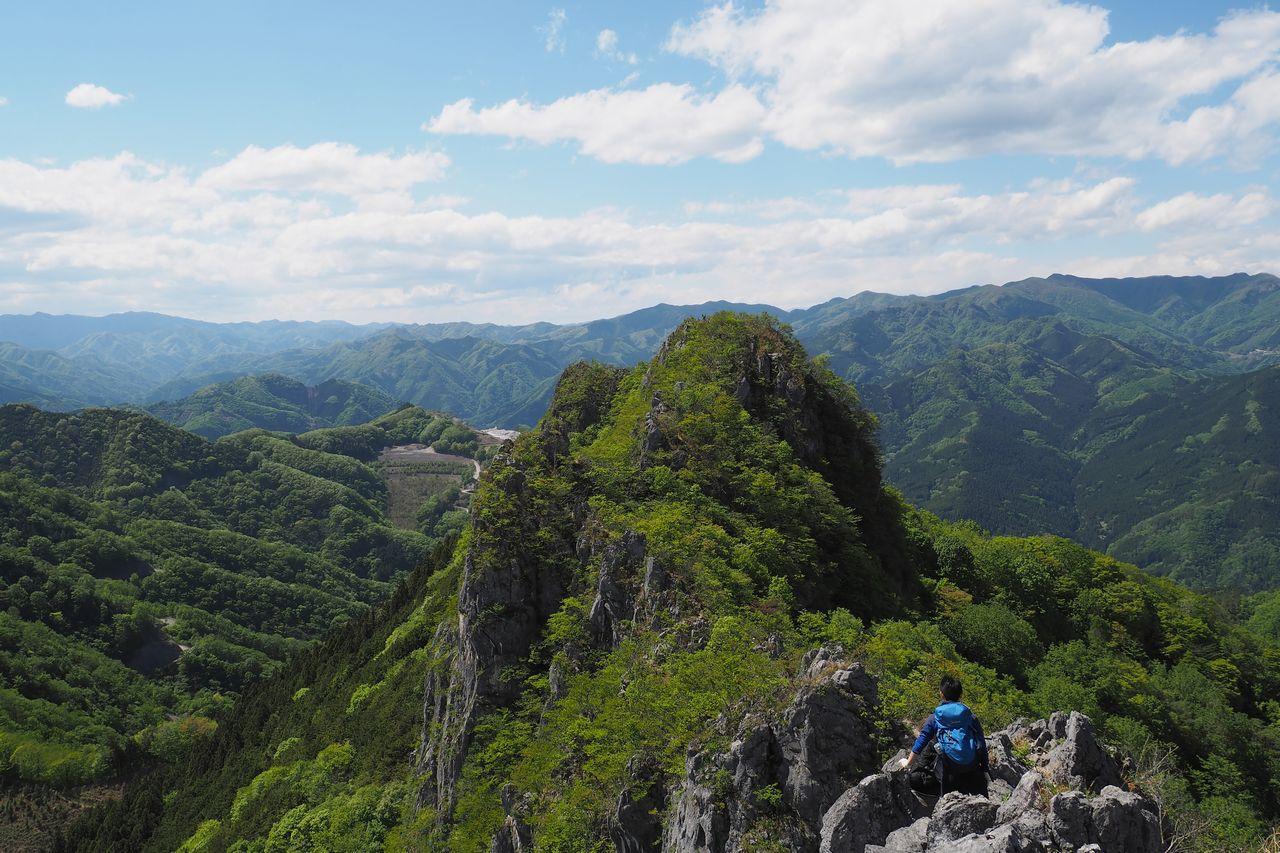 二子山 西岳から続く岩の稜線