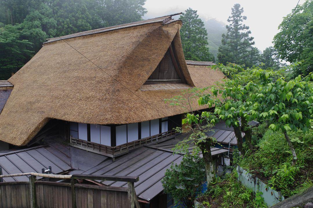 御岳山 宿坊街にある茅葺き屋根の家
