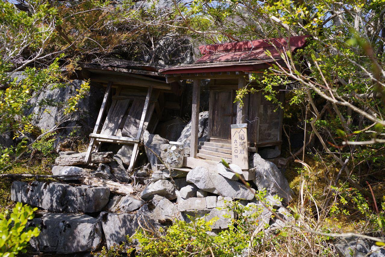 稲村岩頂上のお社