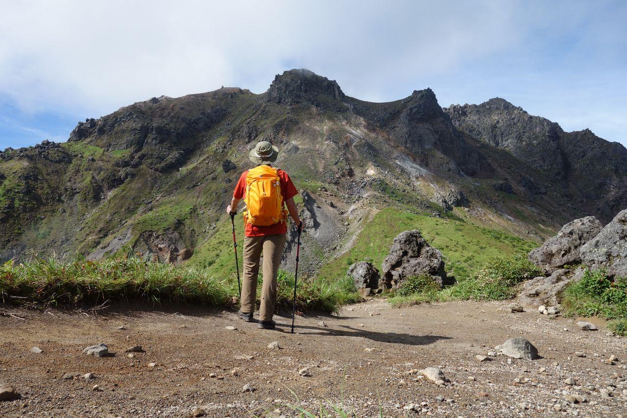 焼岳山頂部を見上げる登山者