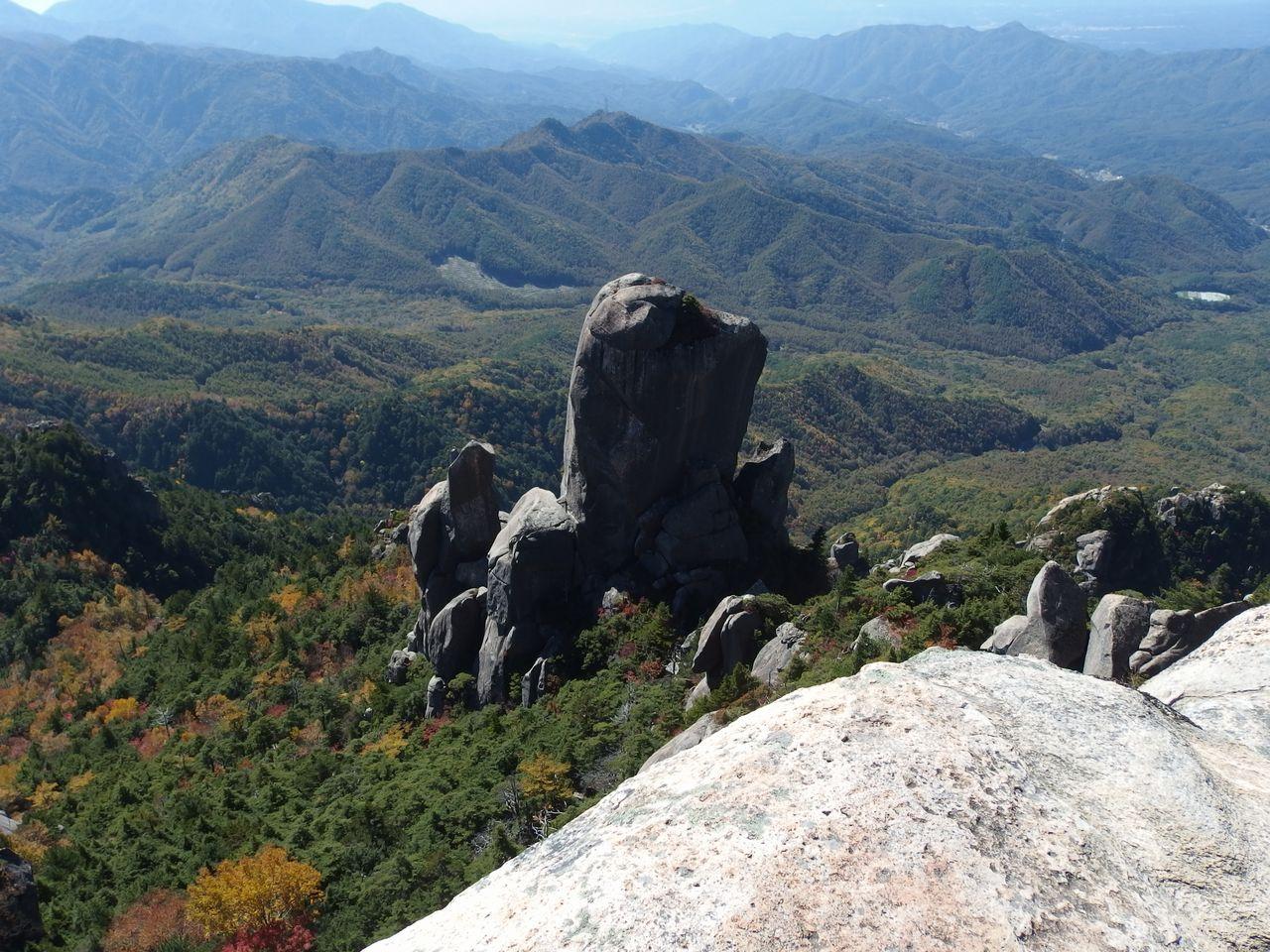 瑞牆山の山頂から見た大ヤスリ岩