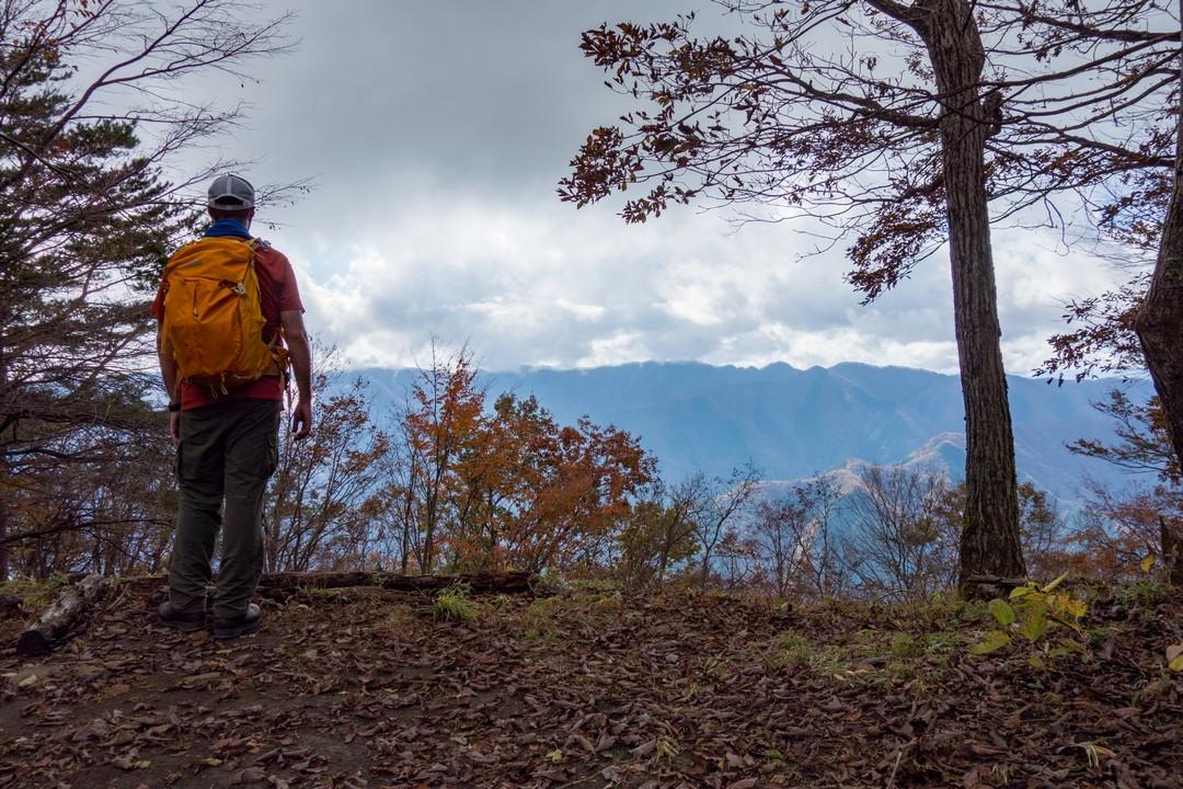 槇寄山の山頂に立つ登山者