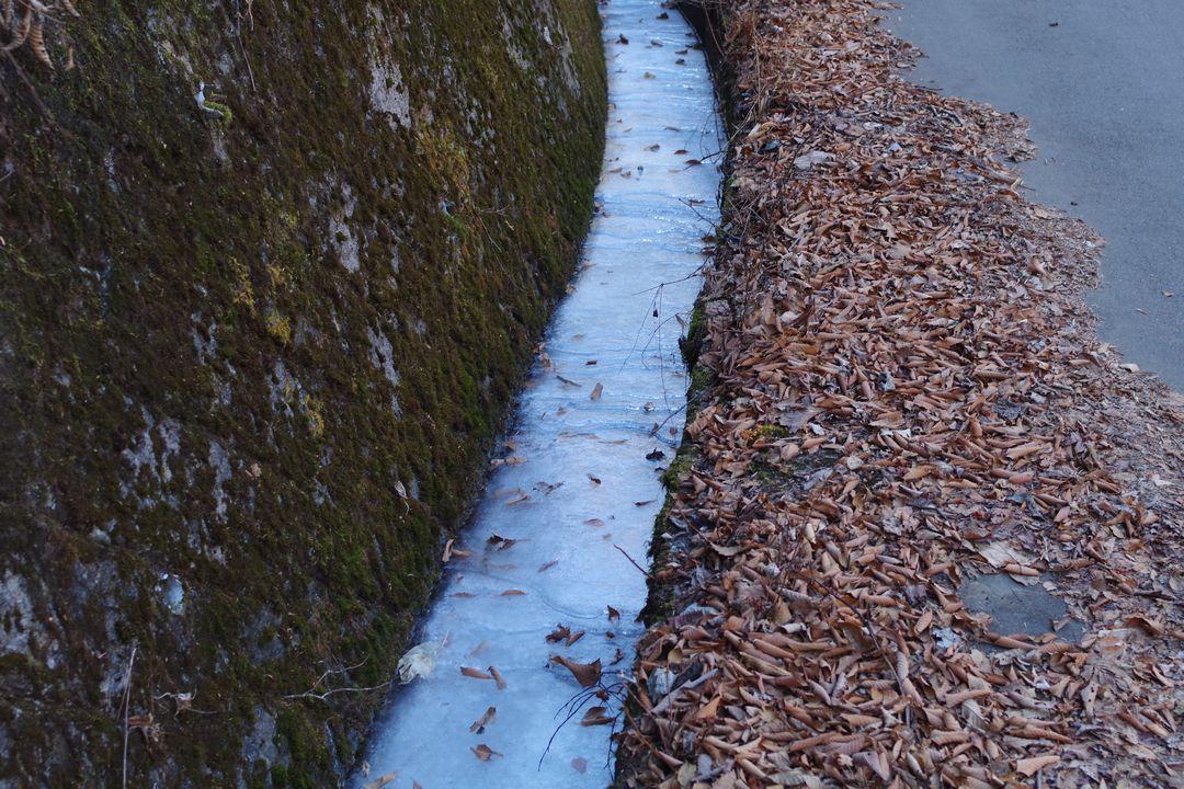 溜まった水が凍結した側溝