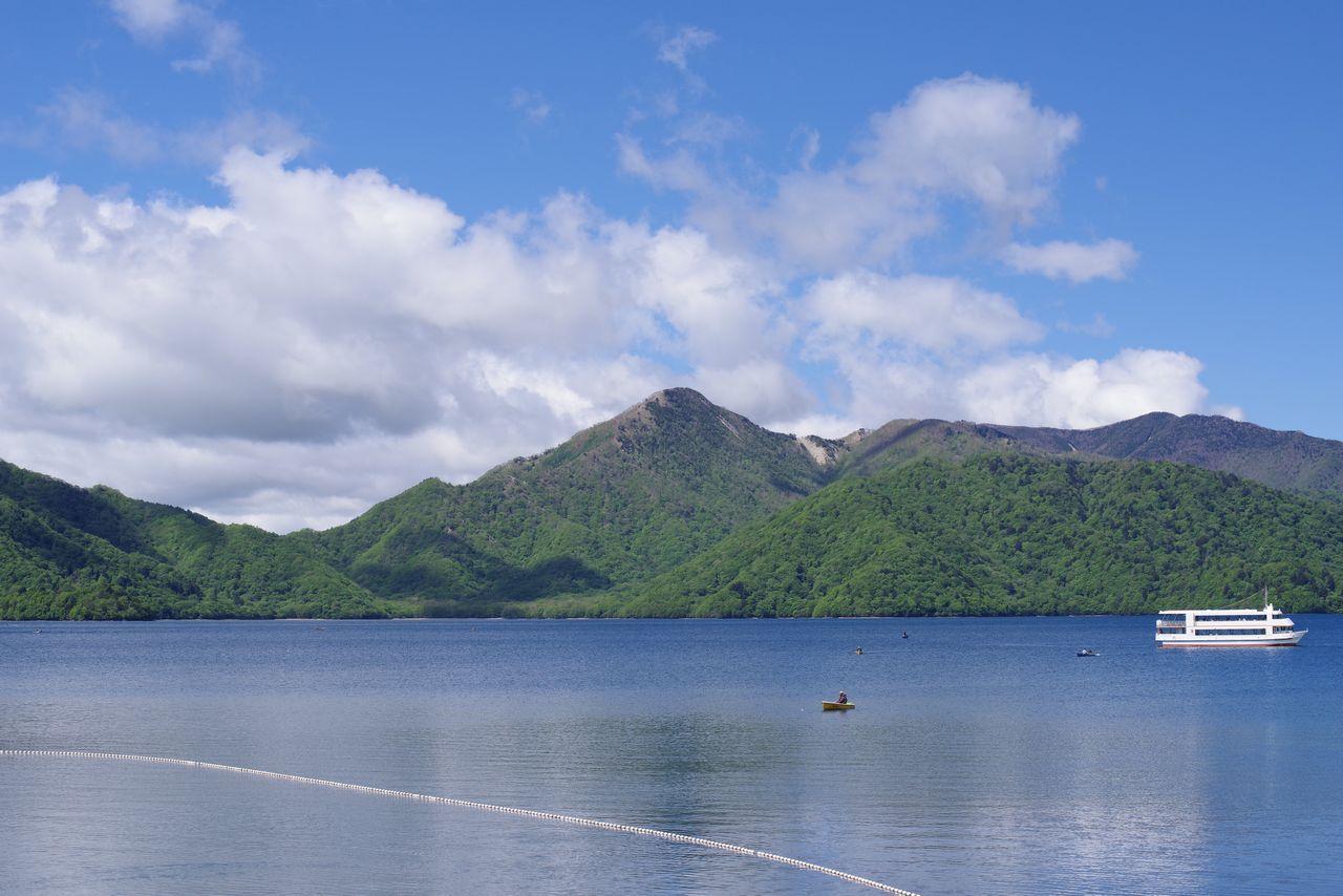 中禅寺湖畔から見た社山