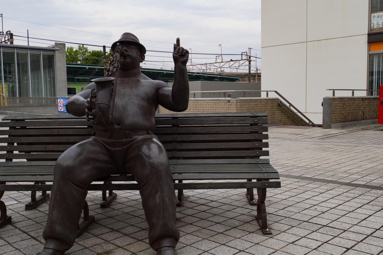 若葉台駅前のベンチにある、サックスを吹く男性の銅像