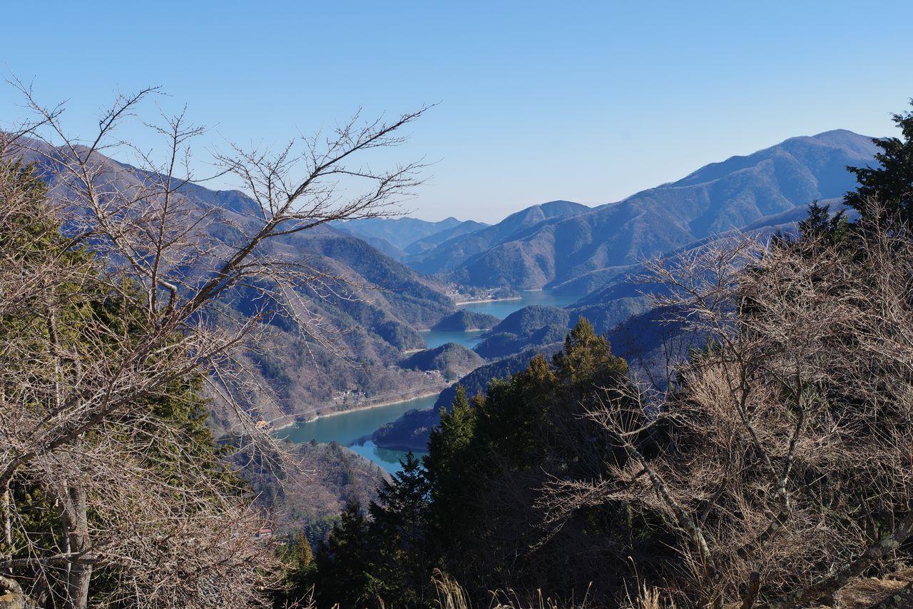 大寺山山頂から見た奥多摩湖