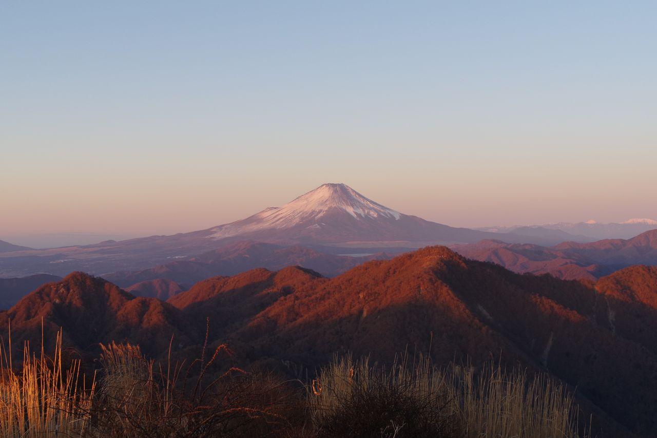 蛭ヶ岳から見た朝日を浴びる富士山