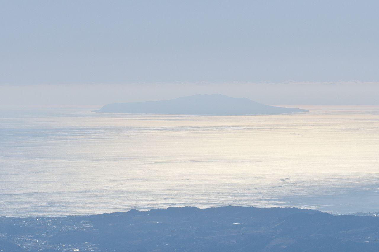 塔ノ岳山頂から見た伊豆大島