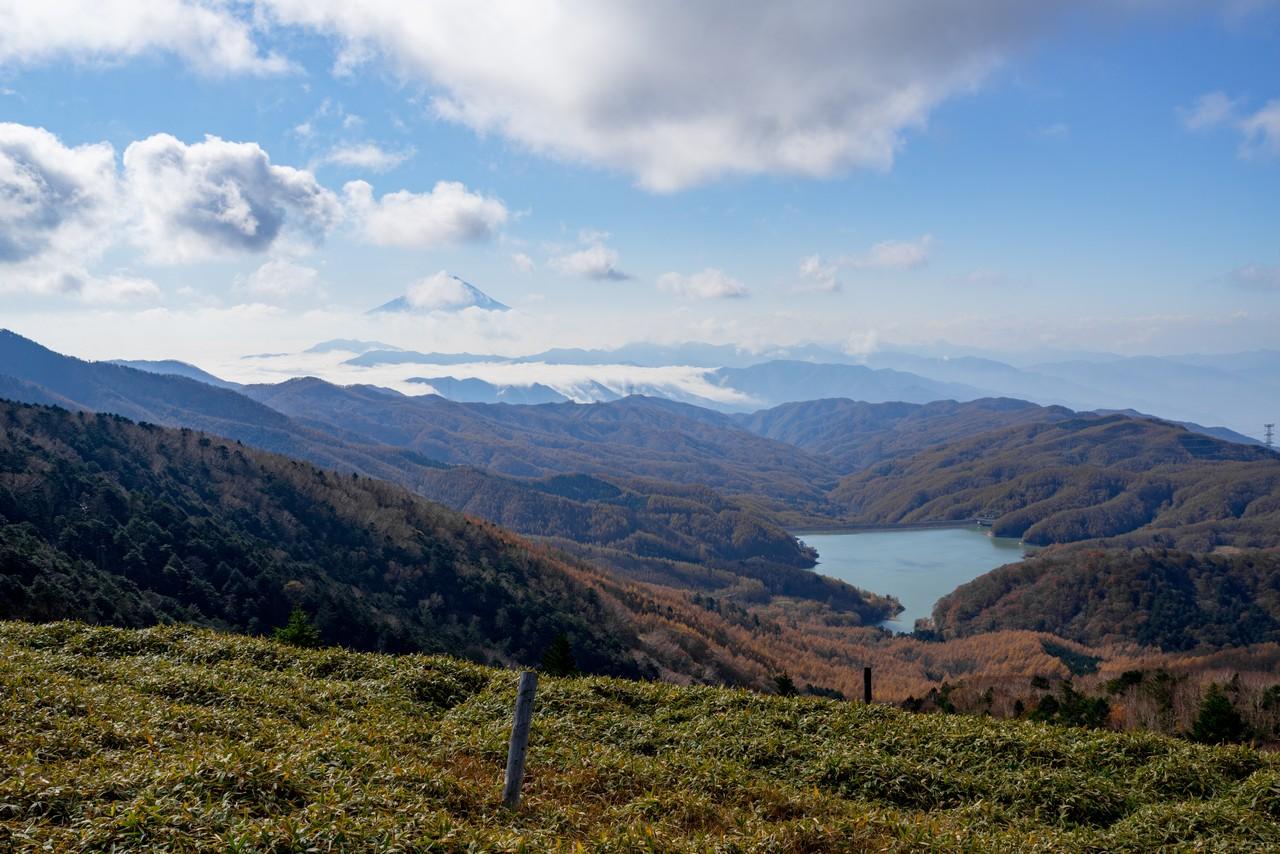 大菩薩嶺 唐松尾根から見た富士山と大菩薩湖