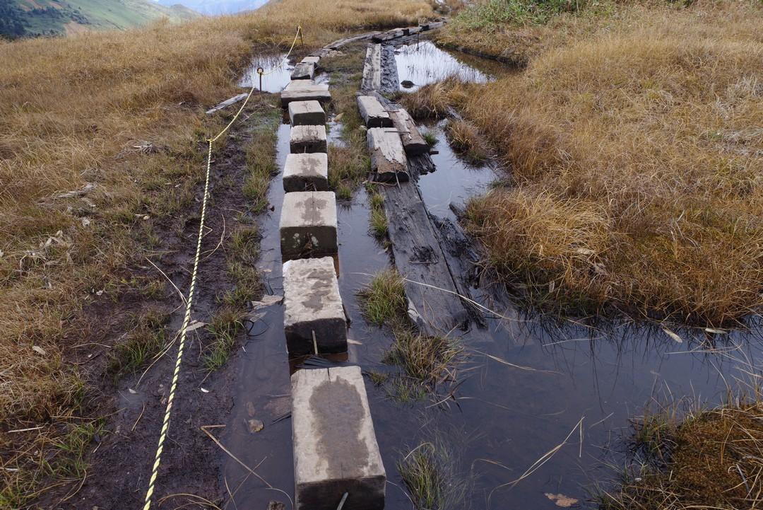 巻機山 水没した木道