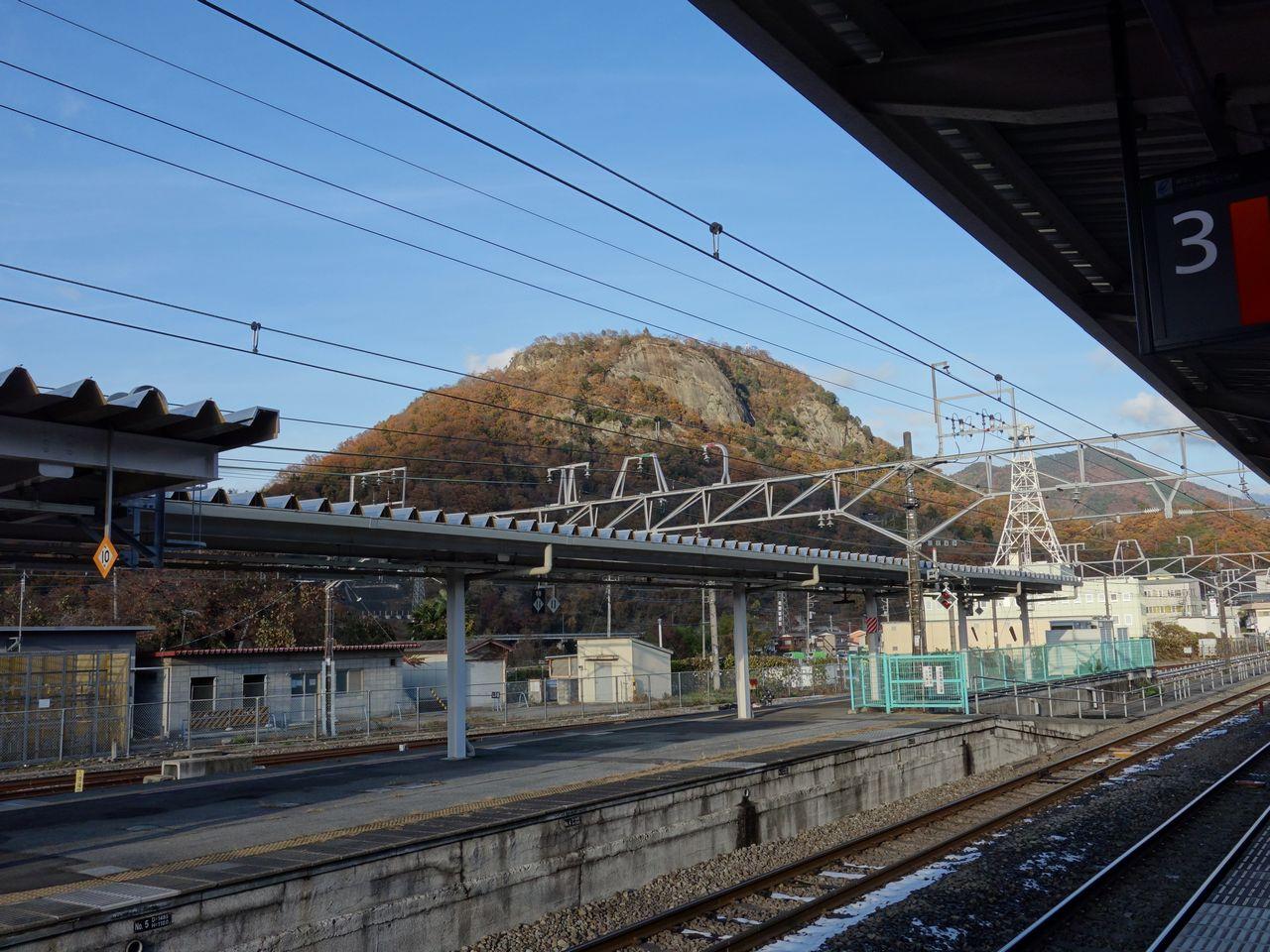 大月駅のホームから見た岩殿山