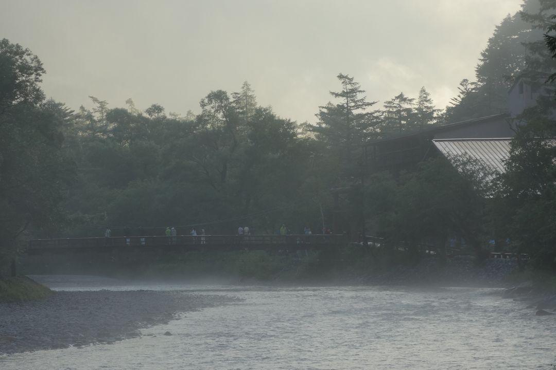 朝靄に覆われた河童橋