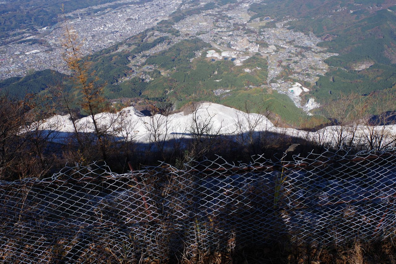 武甲山の採掘現場