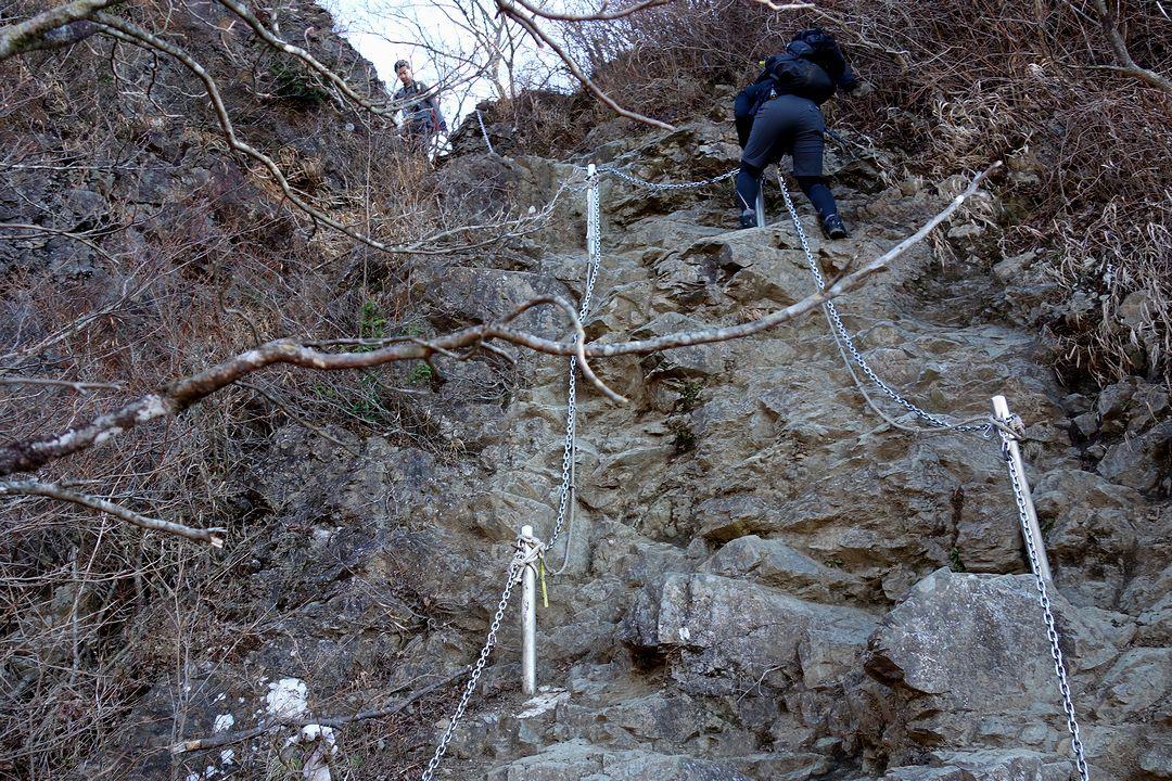 下から見上げた行者ヶ岳の鎖場