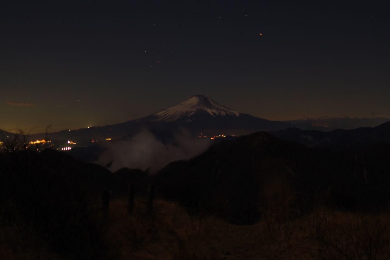 蛭ヶ岳山頂からの月明かりに照らされた富士山