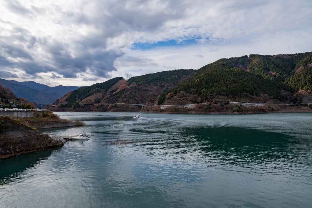 宮ヶ瀬ダムの堤体上から見た宮ヶ瀬湖