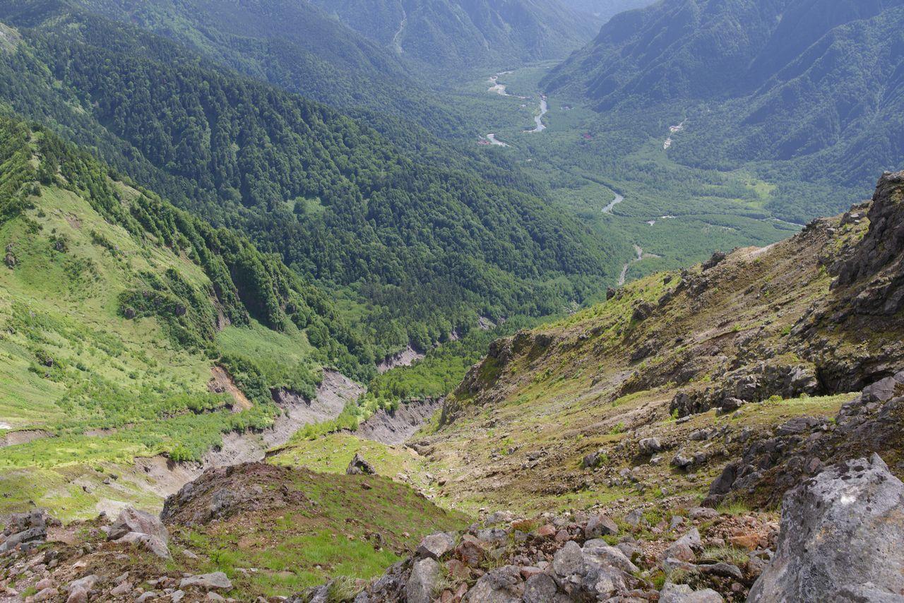 焼岳の山頂付近から見た峠沢の侵食谷