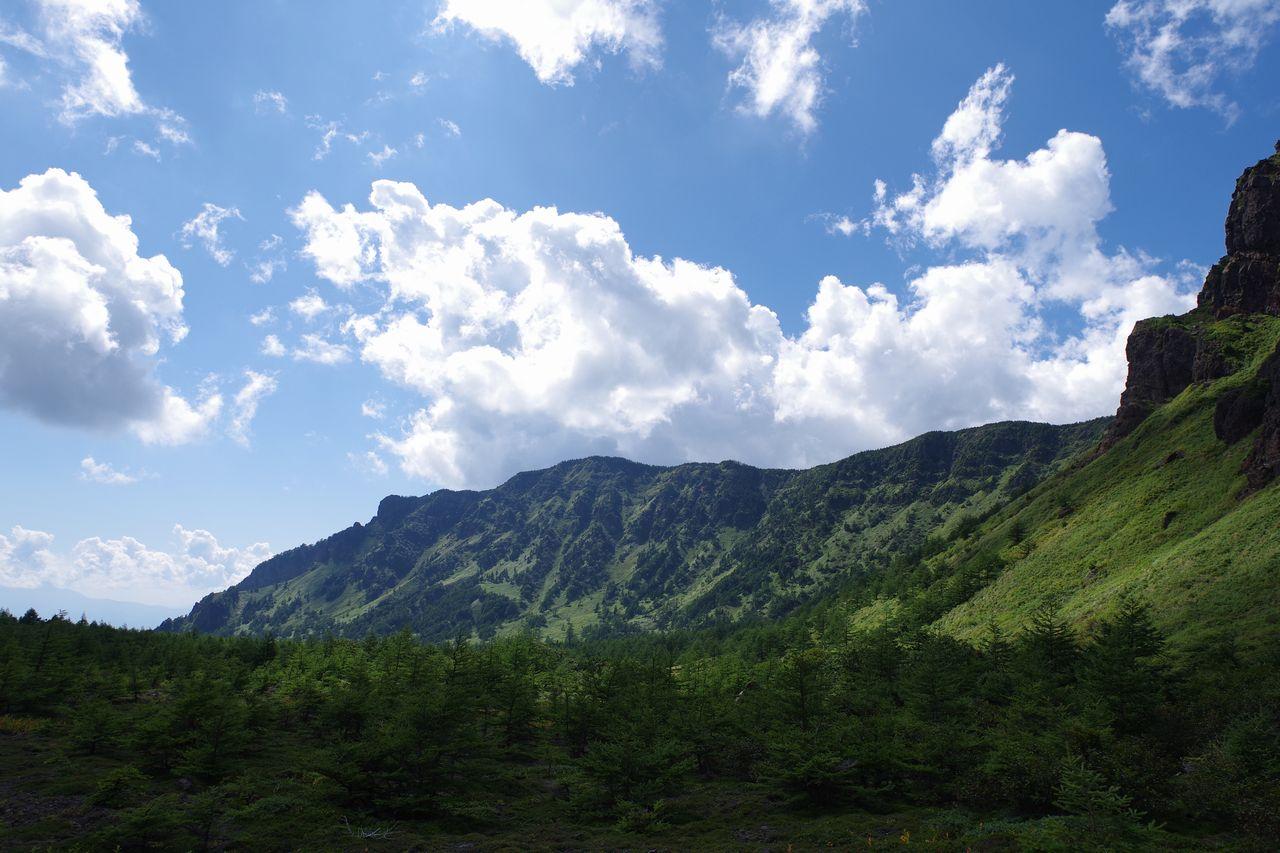 火口原から見上げる黒斑山