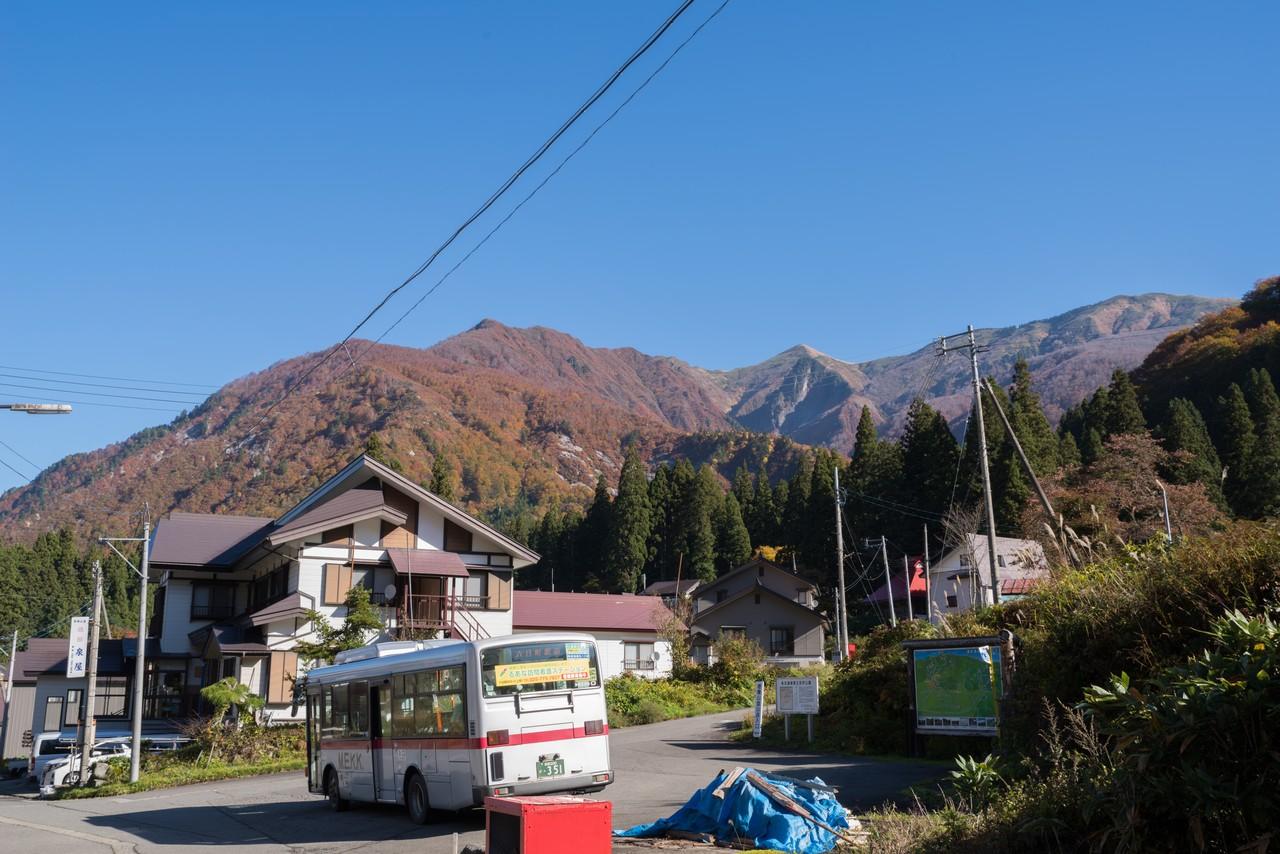 清水バス停から見た巻機山