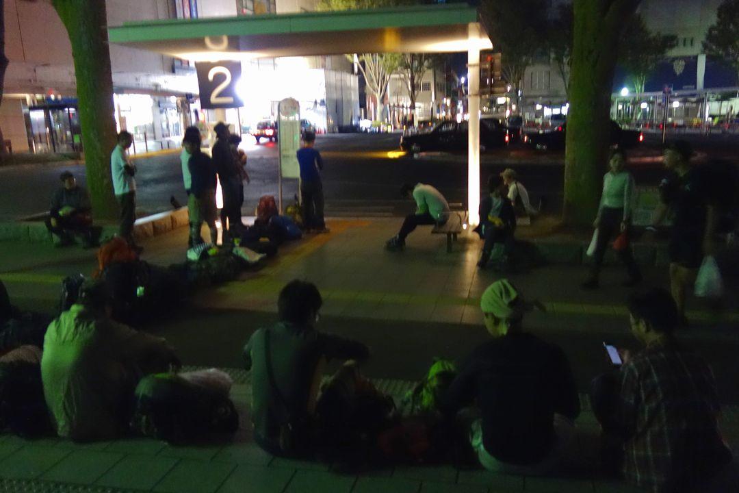 早朝の甲府駅前バス停
