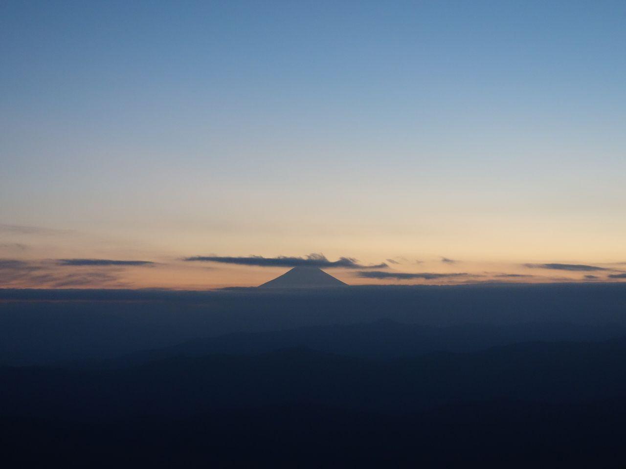 大岳山から見た黄昏時の富士山
