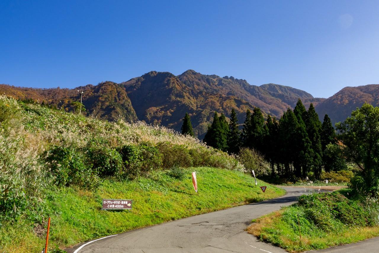 ロープウェイの駐車場付近から見た八海山