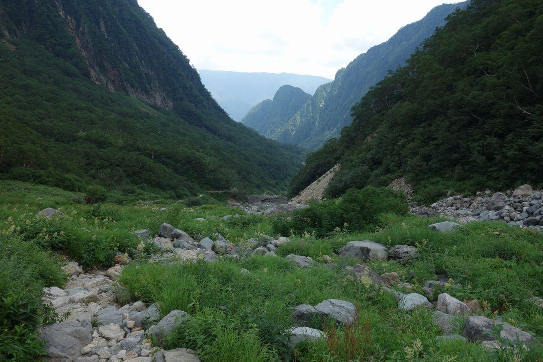 槍沢コースの登山道光景