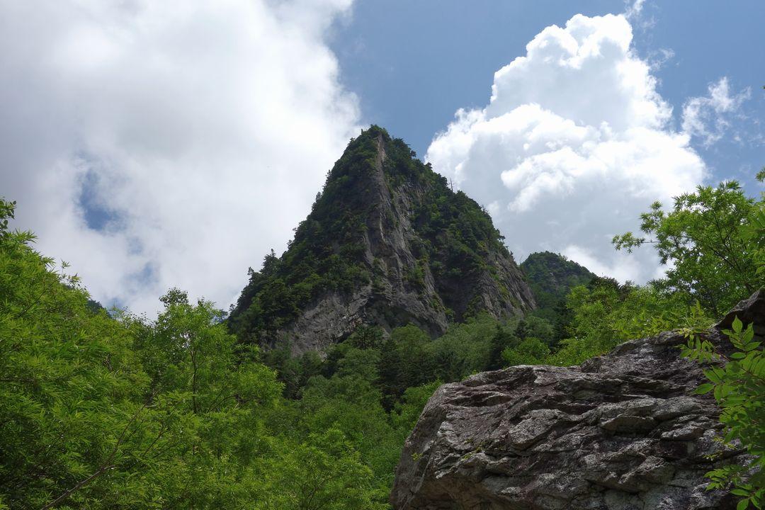 槍沢コースの尖った大岩