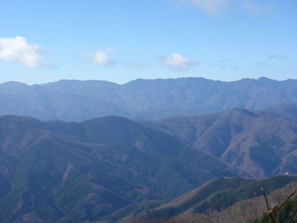 三頭山 鶴峠コースか見た奈良倉山