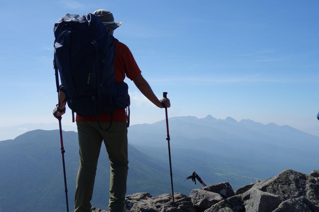 蓼科山に立つ登山者の後ろ姿