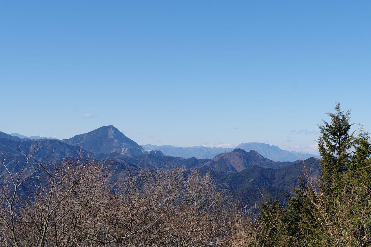 関八州見晴台から見た武甲山と両神山